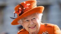 От архивите: Кралица Елизабет се крие в храсти и шамаросва племенника си