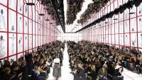 Протестиращ нахлу на дефилето на Dior