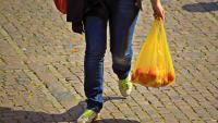 Пазаруване при пандемия: Безопасни ли са найлоновите торби?