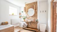 Тенденции в интериора на банята – потопете се в лукс с масивна дървесина