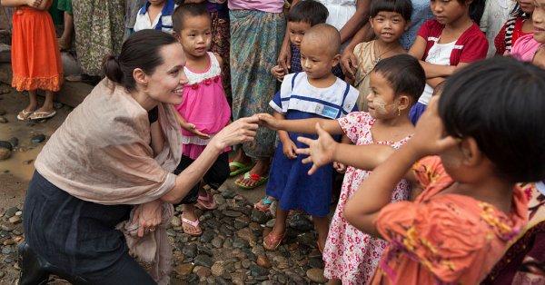Анджелина Джоли най-накрая се предаде на социалните мрежи и си