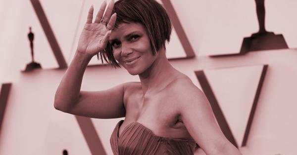"""Хали Бери изглеждаше ослепително на червения килим за наградите """"Оскар""""."""