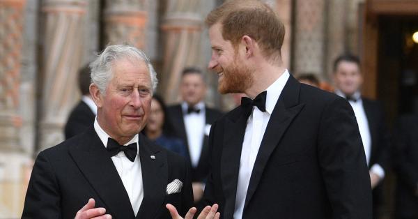 72-годишният принц Чарлз се бори да се справи с публичната