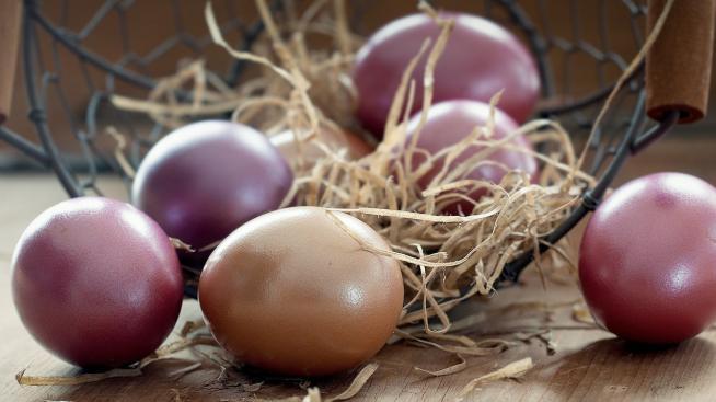 Как покрасить яйца натуральными цветами |